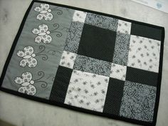 Individuales mesa... Table Runner And Placemats, Tablerunners, Coffee Cozy, Mug Rugs, Hot Pads, Tablecloths, Paper Piecing, Quilting Designs, Pot Holders