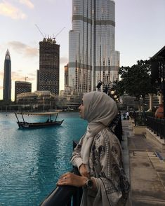 Hijab girl looking to the sky Modern Hijab Fashion, Muslim Women Fashion, Arab Girls, Muslim Girls, Niqab, Alexandra Golovkova, Travel Pose, Hijab Dpz, Modele Hijab