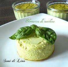 Iniziamo la preparazione degli Sformatini di zucchine, cuocendo al vapore le zucchine. Passare e aggiungere tutti gli ingredienti fino ad ottenere una crema