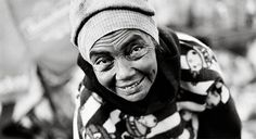 """""""Estamira se calou por tanto tempo que, quando resolveu começar a falar, foi chamada de psicótica. Já depois de idosa, abandonada pelo marido e pelos filhos, começou a trabalhar no aterro sanitário de Jardim Gamacho, local que recebe os resíduos produzidos na cidade do Rio de Janeiro. """"Eu trabalho aqui porque gosto"""" disse para as câmeras no documentário que levou o seu nome."""""""