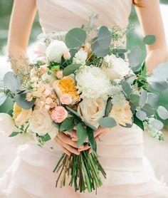 """98 отметок «Нравится», 2 комментариев — СВАДЬБА В КРЫМУ""""МОРЕ ЭМОЦИЙ"""" (@svadba_crimea) в Instagram: «Как выбрать букет? По опыту, можно сказать, что одна из самых сложных задач для невесты - это выбор…»"""