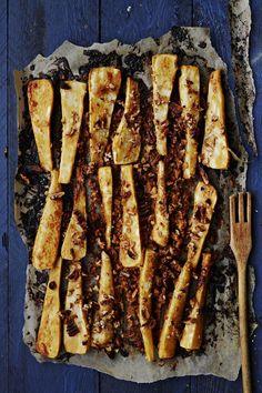 Palsternakan pähkinäinen maku korostuu, kun se saa pintaansa rouheisesta maapähkinävoista ja hunajasta sekoitetun lempeän makuisen tahnan. Jos kaipaat pientä terää, sekoita tahnan joukkoon tilkka chilikastiketta. Pähkinäpalsternakat maistuvat sellaisenaan lämpimänä lisäkkeenä, kylmänä salaatissa tai ne voi sekoittaa pastan tai risoton joukkoon.