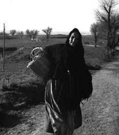 Kati Horna - Última civil evacuada de Teruel, diciembre 1937. Light And Shadow, Past, Darth Vader, Black And White, World, Fictional Characters, People, Civil War Photos, Battle