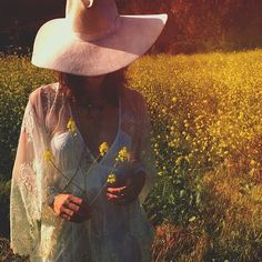 Dreaming of wild flowers @meherose @mollymmoon #photoshoot #wildflowers #perth #field #nature #golden