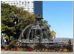 La fontaine de Tourny devant l'Hôtel du Parlement à Québec.