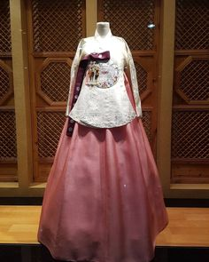 "171 Likes, 7 Comments - 조옥란한복 (@ran_hanbok) on Instagram: ""화사한 봄기운이 느껴지는 핑크치마와 아이보리당의 #당의 #결혼 #결혼식 #커플한복 #결혼한복 #혼수 #웨딩촬영 #웨딩한복 #조옥란 #한복 #한복드레스 #조옥란한복 #패션…"""