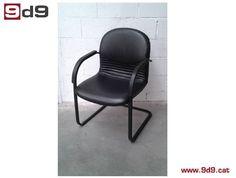 Silla para oficina de segunda mano, estructura negra tapizada en piel sintética en color negro. PVP: 40€.