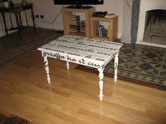 """""""Giraffa"""" tavolino in legno, dipinto a mano e decapato bianco con scritta, (cit. Stefano Benni)"""