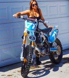 Dirt Bike Girl, Lady Biker, Biker Girl, Motocross Maschinen, Motard Sexy, Motocross Girls, Chicks On Bikes, Motorbike Girl, Hot Bikes