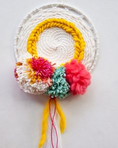 The Weaving Loom / diy weaving round / weaving circular Source by carlinogiovanni Weaving Loom Diy, Bead Weaving, Weaving Textiles, Tapestry Weaving, Woven Wall Hanging, Tapestry Wall Hanging, Wall Hangings, Yarn Crafts, Sewing Crafts