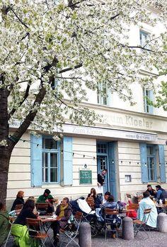 Im Kloster mag ich alles, drinnen oder draußen sitzen, Omelette zum Frühstück, Salat mit frischem Spinat und warmen Honig-Ziegenkäse oder den besten Rhababerkuchen Münchens :smile: Die kleinen Häuschen auf der anderen Straßenseite, das Kopfsteinpflaster und die vielen Kirschbäumen lassen mich mitten in München wie auf einem Dorfpflatz fühlen. Zum Kloster | Preysingstr. 77 | 81667 München (Haidhausen)