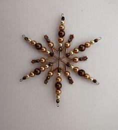 Vánoční hvězda z korálků ,,čokoláda ,,11 ,, Vánoční hvězdička z korálků a perliček na pevné drátěné konstrukci , velikost 10cm v barvách smetanová čokoládová