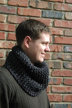 Hand Knit Men's Scarf Chunky Cowl in Neutral Charcoal door PhylPhil