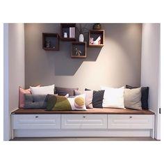 Sittebenk med skuffer. Perfekt for oppbevaringsplass og for et koselig hjørne☺️ #norema #noremakjøkken #sittebenk #puter #dekorskap #interiør #interior #decoration #kitchendesign #kitchen #oppbevaring #tradisjonell #interiørmagasinet #hjem #instahome #design #kjøkken #kjøkkeninspirasjon #home #2016 #kvalitet #drømmekjøkken #instagood Entryway Bench, Bedroom, Instagram Posts, Villa, Furniture, Design, Home Decor, Cloakroom Basin, Entry Bench