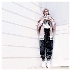 64 Ideas for fashion hijab remaja muslim – Hijab Fashion 2020 All Black Fashion, French Street Fashion, Japanese Street Fashion, Cool Street Fashion, Trendy Fashion, Style Fashion, Asian Street Style, New York Street Style, Hijab Casual