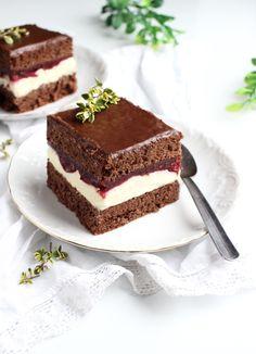 Ten przepis to kolejne ciasto, które przygotowała mamcia z przepisu przywleczonego z pracy od koleżanek.Lekkie, puszyste, czekoladowe ciasto przykryte słodkim kremem budyniowym i wiśniową jakby galaretką tworzy przepyszną całość.Ciacho jest niesamowicie łatwe w przygotowaniu i mega szybkie.Dżem wiśniowy śmiało możemy zamienić na inny, ulubiony smak!Truskawkowy czy owoce leśne również będą pasować idealnie!Będzie równie pysznie!Ciacho przypomina lubianą przez wielu WZetkę.Gorąco pol