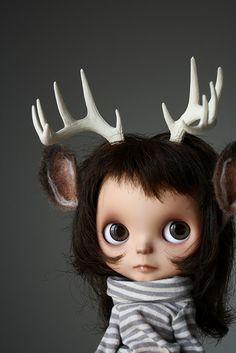 Sammydoe sells custom Blythe antler headbands.