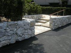 庭園ギャラリー。日本庭園・和風庭園など、こだわりの庭の設計施工。創作庭園専門 渡部造園 Stone Retaining Wall, Stone Masonry, Landscape Walls, Scandinavian Modern, Garden Bridge, Sidewalk, Outdoor Structures, Rock, Ideas