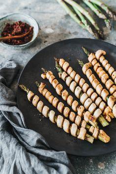 Puff pastry asparagus spears with red pesto Vegan Asparagus Recipes, Vegan Recipes Easy, Vegetarian Recipes, Cooking Recipes, Vegan Meals, Vegan Food, Quick Easy Vegan, Eat This, Vegan Grilling