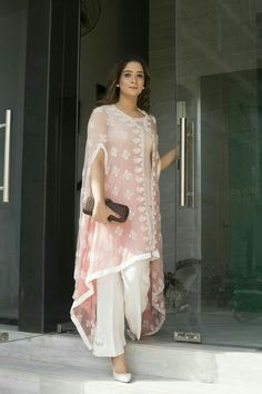 This summer season try the trendy Cape Kurtis. Kn Dg ow the various Cape Style Kurti Designs and patterns that are perfect for any casual occasion. Mode Abaya, Mode Hijab, Look Fashion, Indian Fashion, Classy Fashion, Party Fashion, Fashion Ideas, Pakistani Outfits, Indian Outfits