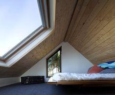 Una grandissima finestra per tetti regala una splendida vista sul cielo