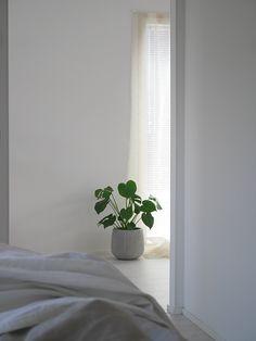 Makuuhuoneen nurkassa majailevalla peilillä on pitkä matka takanaan. Se on  aikoinaan ostettu mummoni ja pappani ensimmäiseen. 964fd62a17