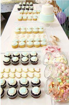 Decorando una linda mesa con ricos Cup Cakes