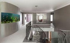 Creates an unique focal point at this exquisite home Modern Minimalist, Minimalist Design, Custom Aquariums, Aquarium Fish, Aquarium Ideas, Henley Homes, Aquarium Architecture, Oxford United Kingdom, London Townhouse