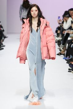 View the full Kye Fall 2017 collection from Seoul Fashion Week. Seoul Fashion, 80s Fashion, Fashion 2017, Runway Fashion, High Fashion, Fashion Show, Fashion Design, Fashion Styles, Style Fashion