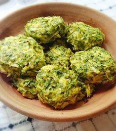 Copiii vor adora aceste chiftele de broccoli! Le pot mânca singuri și le asigură o mare parte din necesarul de substanțe nutritive. Poftă bună! Baby Food Recipes, Diet Recipes, Vegetarian Recipes, Cooking Recipes, Healthy Recipes, Riviera Maya, Romanian Food, Toddler Meals, Vegan