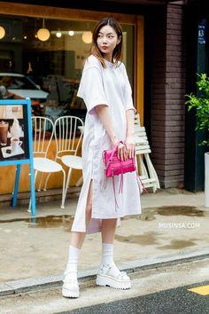 Mặc đẹp đơn giản: mix áo phông và chân váy thành street style đẹp mê ly của giới trẻ Hàn - Ảnh 12. Korean Outfit Street Styles, Korean Fashion Summer Casual, Korean Fashion Street Casual, Korean Fashion Dress, Korea Fashion, Korean Outfits, Women's Summer Fashion, Sweet Fashion, Korean Style