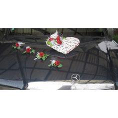 http://bouquet-de-la-mariee.com/11-decoration-voiture-mariage --> Bouquet de voiture pour mariage avec arums chocolat et ivoire Fait avec 1 x coeur de rotin blanc avec 2 colombes dans un nid de roses, des perles rouges, des plumes blanches et feuilles vertes ainsi que 4 compositions florales de roses, plumes et feuilles. Les compositions florales pour mariage sont faites à la main, sur mesure en France avec des fleurs artificielles Haut de Gamme
