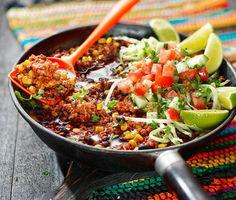 Ett lätt- och snabblagat middagsrecept med smaskig bönchili som du gör av nötfärs, majskorn, kokta svarta bönor, tomater och röd peppar. Smaka av den rykande heta chilin med soja, spiskummin, oregano och kanel och servera med ris, sallad och limeklyftor.
