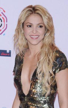 Shakiras sexy, wavy hairstyle