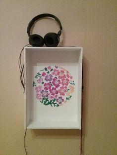 Weinkiste. Jetzt: kleines Regal für Kopfhörer und Akkus. Zeichnung: Acrylfarben