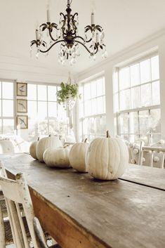 New wedding centerpieces simple fall white pumpkins ideas Fall Home Decor, Autumn Home, Farmhouse Style, Farmhouse Decor, White Farmhouse, Ikea, Shabby, White Pumpkins, White Pumpkin Decor