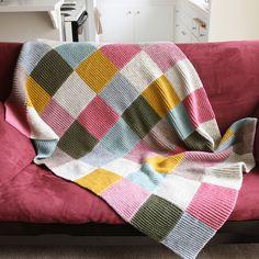 Et slikt teppe har jeg veldig lyst på (Funnet hos OhLeander ). Om jeg begynner å strikke lapper nå, blir det kanskje ferdig til høsten? :) ...