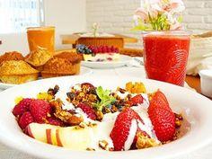 Para un  desayuno exquisito: frutillas, manzanas, naranjas, nueces, yogurt