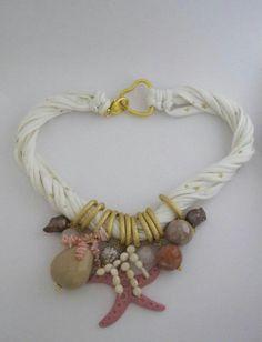 Collana in fettuccia con quarzi crash, perle barocche, corallo bambú, chips di corallo, quarzi e resina. Notedizucchero.blogspot.com