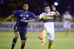 Carlos Tevez no pudo desequilibrar a la defensa ecuatoriana (AFP)