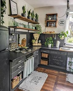Bohemian style kitchen decors are getting popularity with the passage of every day. These boho style kitchen are adorable in look, have juicy and colorful texture in them. Boho Kitchen, Bohemian Kitchen, Kitchen Decor, Vintage House, Stylish Kitchen, Boho Style Kitchen, Interior Design Kitchen, Home Decor, Kitchen Styling