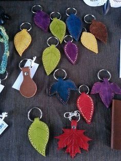 Leather Leaf Key Ring : Ready to Ship por BoondockStudios en Etsy Leather Key Holder, Leather Key Case, Leather Keychain, Leather Earrings, Leather Jewelry, Leather Art, Leather Tooling, Leather Leaf, Crea Cuir