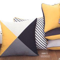 Housse de coussin 4-TRINE Yellow 40 x 40 cm, face triangles anthracite, gris perle, gris moyen, moutarde, dos uni : Textiles et tapis par anne-b-handmade
