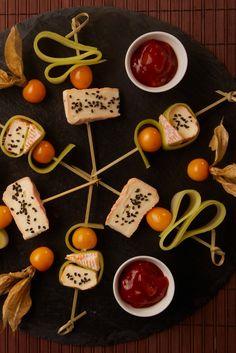 Kreatives Fingerfood: Bunte Käsespieße mit süß-saurem Dip.