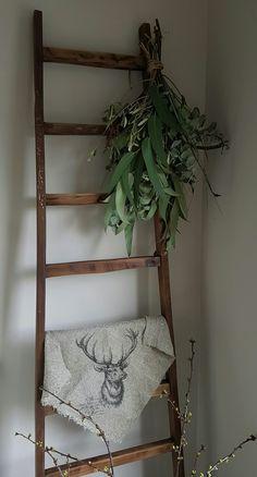 Houten ladder gedecoreerd met linnen shabby doek en groene toef!