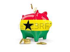 Hucha con monedas y con la bandera de Ghana.