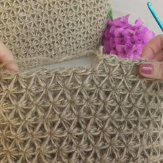 How to knit Jasmine Stitch video tutorial - Crochet - Tutorials - Slideit. Crochet Tote, Crochet Purses, Knit Crochet, Chrochet, Crochet Stitches Patterns, Knitting Patterns, Knitting Stitches, Diy Crafts Crochet, Crochet Tutorials
