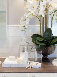 15 Budget-Friendly Ideas To Stylize Your Bathroom Easily - Dekoration De 15 budgetfreundliche Ideen Bathroom Staging, Bathroom Spa, Budget Bathroom, Home Staging, Bathroom Interior, Bathroom Ideas, Elegant Bathroom Decor, Fish Bathroom, Classic Bathroom