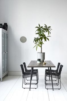 Beautiful Club dining table from Danish brand House Doctor. Combine the Club table with. French Dining Tables, Metal Dining Table, Dining Table Design, Wood Table, House Doctor, Scandi Home, Scandinavian Interior, Natur House, Esstisch Design