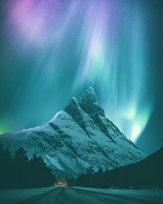 Snowy mountains under the Northern lights : pics